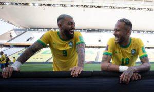 Gabigol e Neymar na Neo Química Arena após a suspensão de Brasil x Argentina nas Eliminatórias