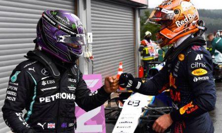 Lewis Hamilton e Max Verstappen se cumprimentam nos boxes do GP da Bélgica de Fórmula 1 2021
