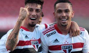 Rigoni e Luciano, do São Paulo, comemoram vitória sobre o Atlético-GO no Brasileirão 2021