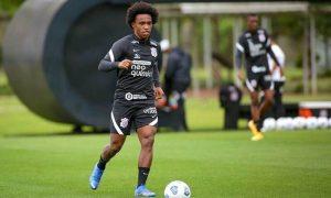 O meia-atacante Willian, do Corinthians, treina para jogo do Brasileirão 2021