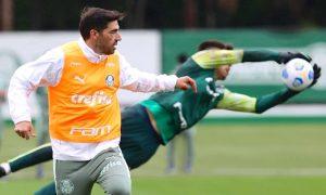 Abel Ferreira em treino do Palmeiras antes de jogo do Brasileirão 2021