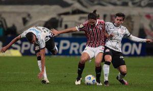 Benítez em disputa de bola em Corinthians x São Paulo no Brasileirão 2021